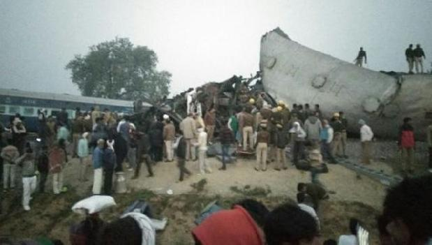 印度列车凌晨脱轨 100多人遇难150人受伤
